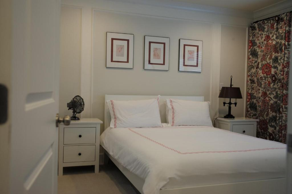 A bed or beds in a room at Kitsilano Home 2 Home