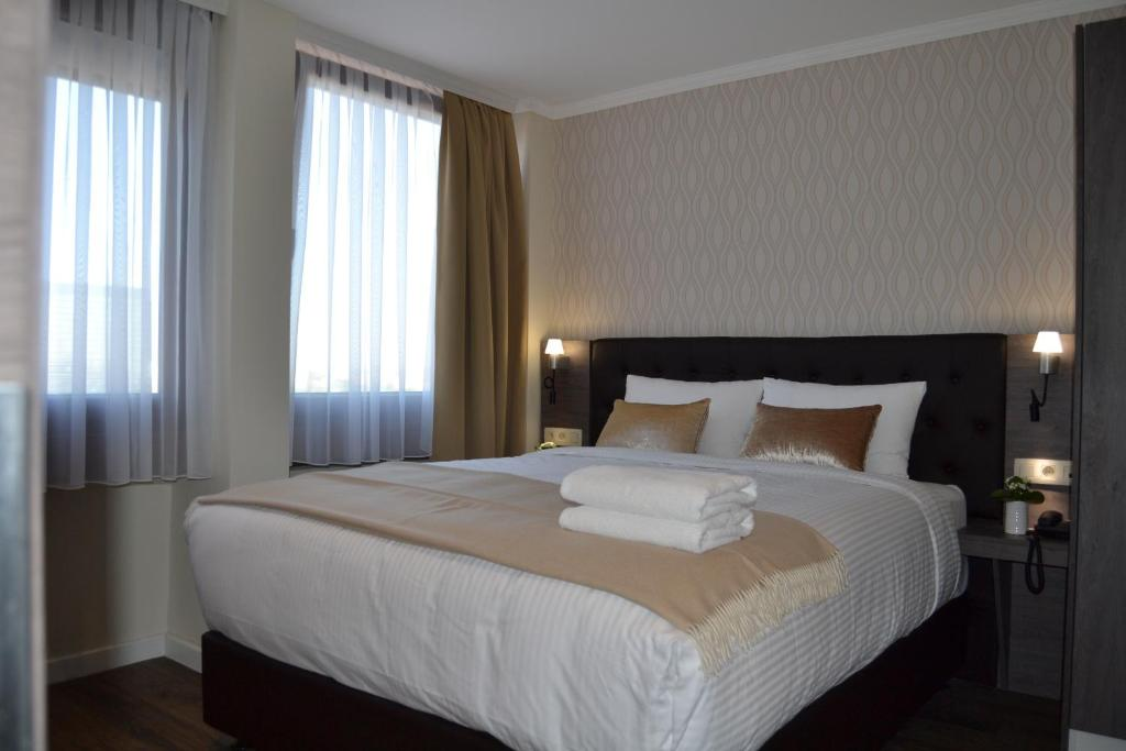 Een bed of bedden in een kamer bij The Helmet Hotel