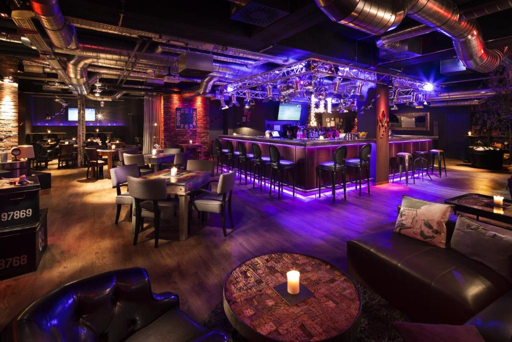 De lounge of bar bij pentahotel Liège