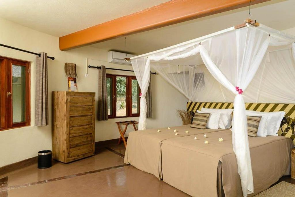 A bed or beds in a room at Montebelo Gorongosa Lodge & Safari