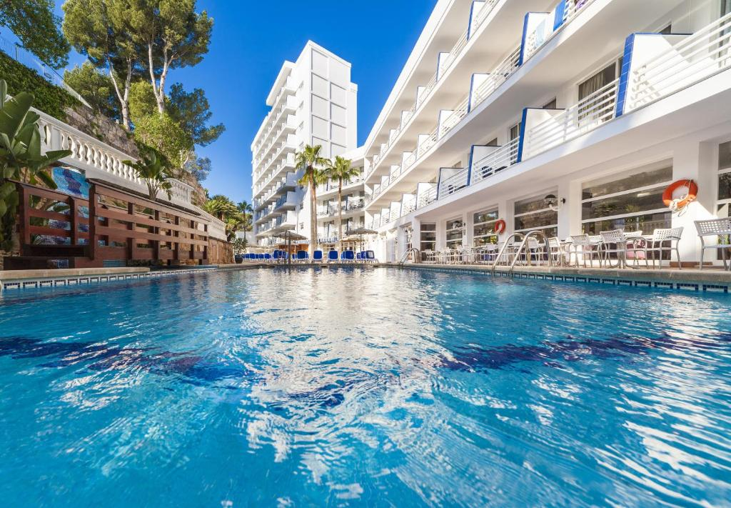 The swimming pool at or close to Globales Palmanova Palace