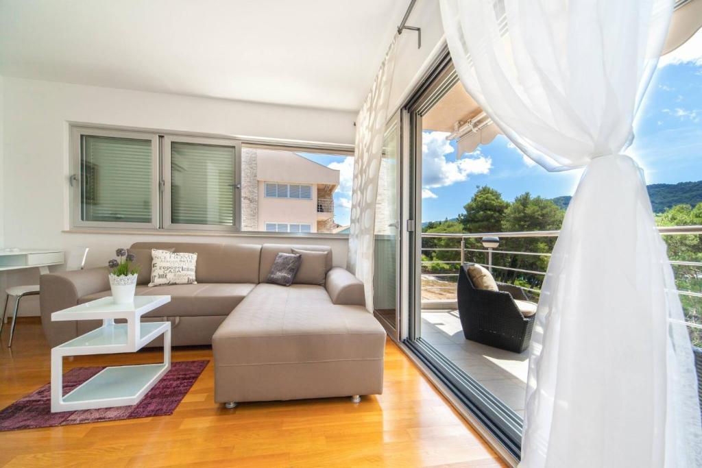 Uma área de estar em Madrugada Apartments