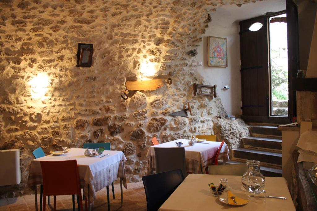 A restaurant or other place to eat at Le Pagliare Del Gran Sasso