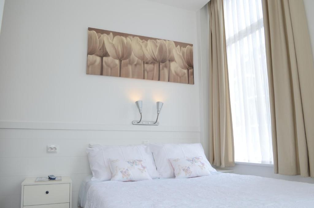 Een bed of bedden in een kamer bij Hotel 't Witte Huys Scheveningen