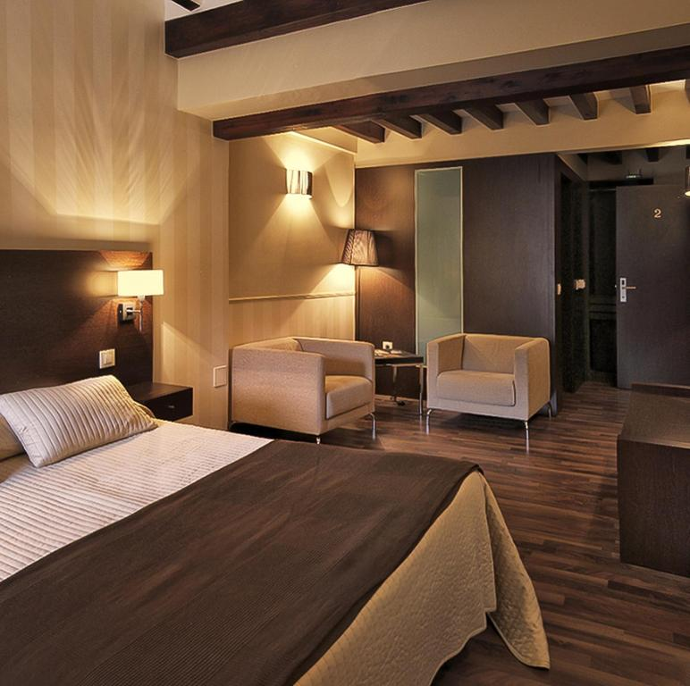 A bed or beds in a room at Hotel Rural Plaza Mayor Chinchon
