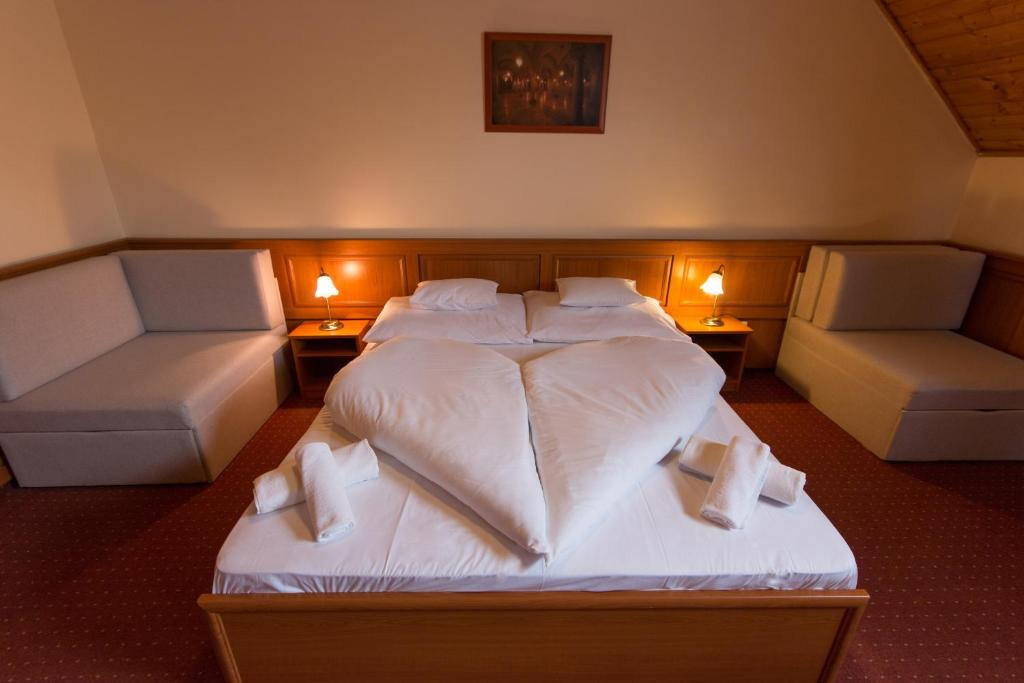 A bed or beds in a room at Szinbád Hotel