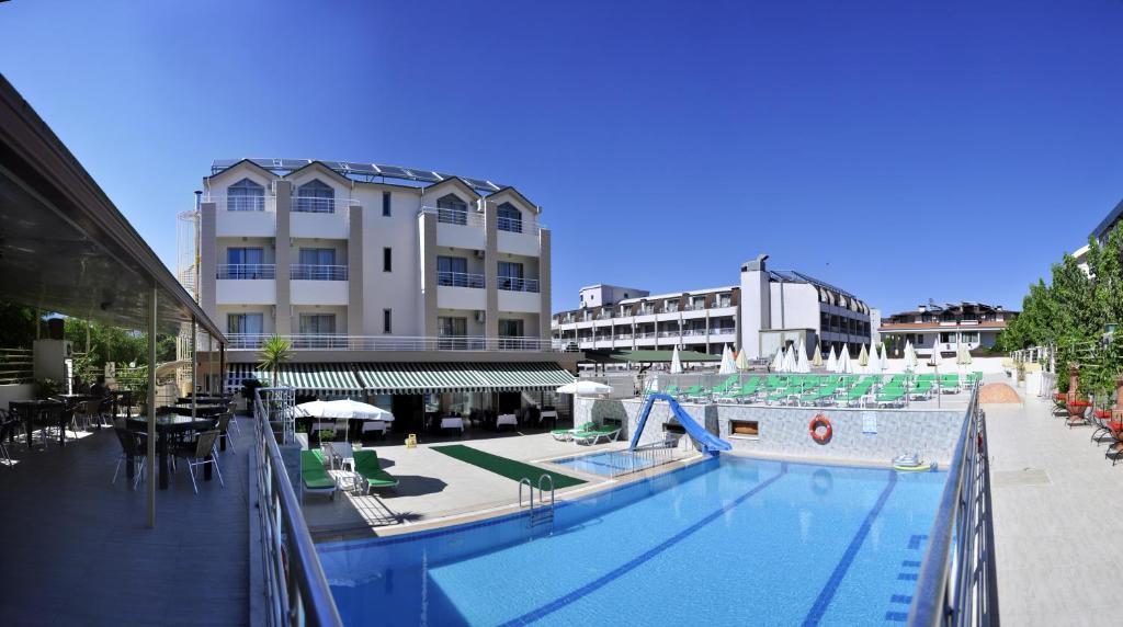 Бассейн в Erkal Resort Hotel или поблизости