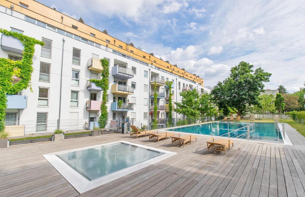 Der Swimmingpool an oder in der Nähe von IG City Apartments OrchideenPark