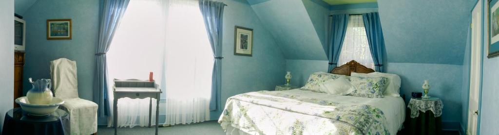 A bed or beds in a room at Holmesdale House Bed and Breakfast