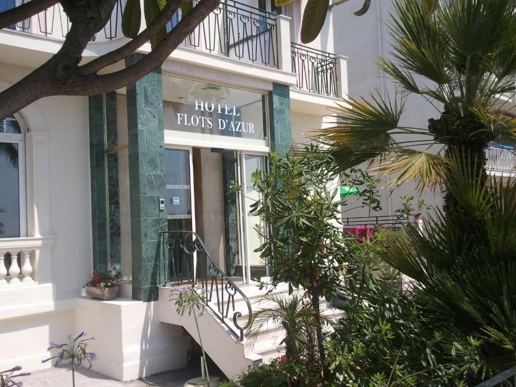 Eine Fassade oder ein Eingang zu Hotel Flots d'Azur