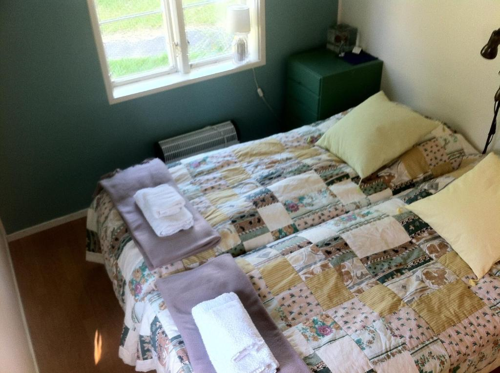A bed or beds in a room at Café Sergel B&B