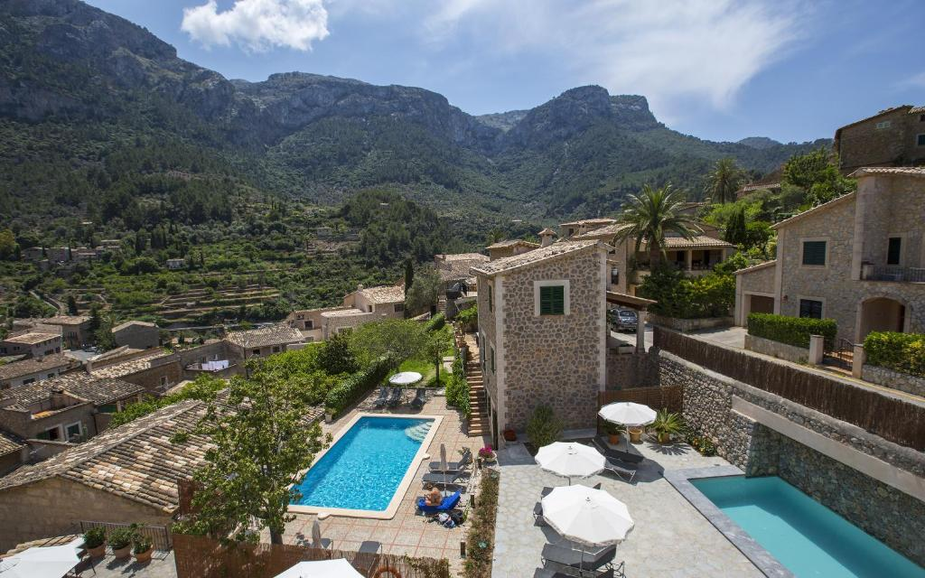A view of the pool at Hotel Des Puig or nearby