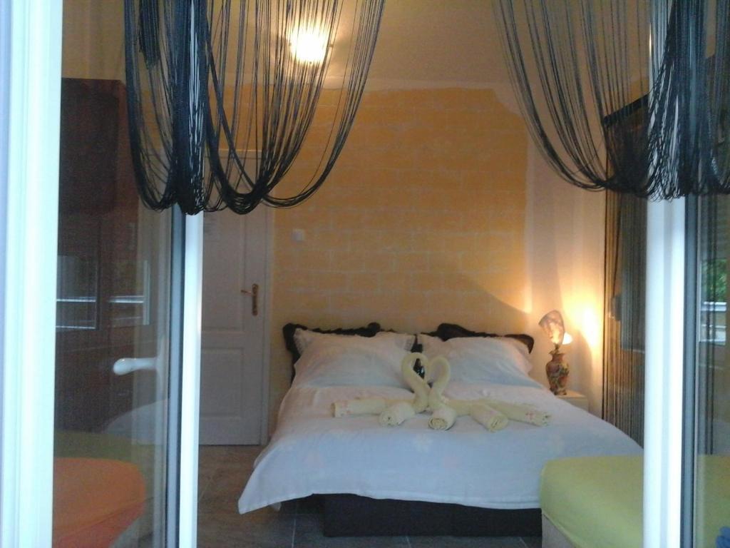 Un pat sau paturi într-o cameră la Apartmani Vila Aleksandar