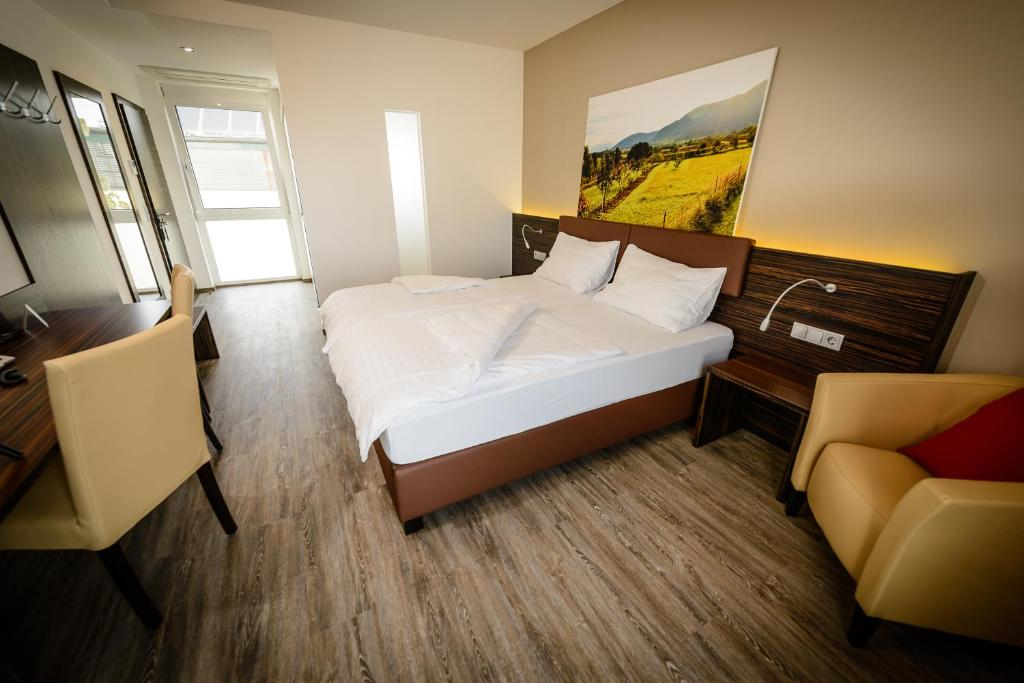 A bed or beds in a room at Zum Dorfmeister Wirt