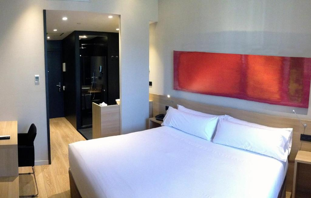 A bed or beds in a room at Hotel Àmbit Barcelona
