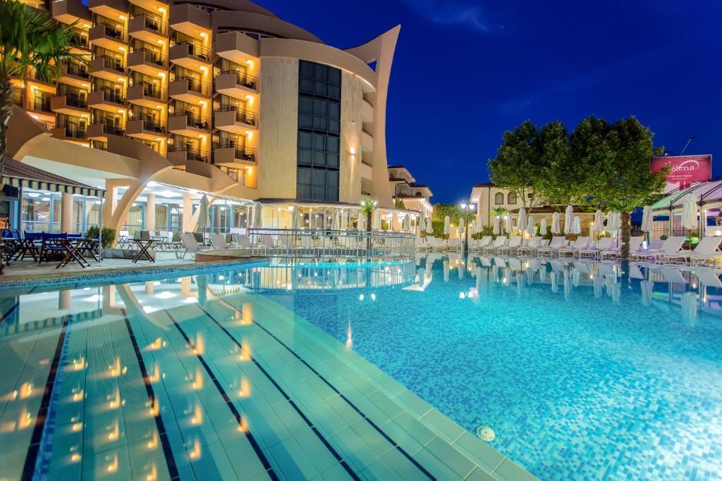 Het zwembad bij of vlak bij Fiesta M Hotel - All Inclusive