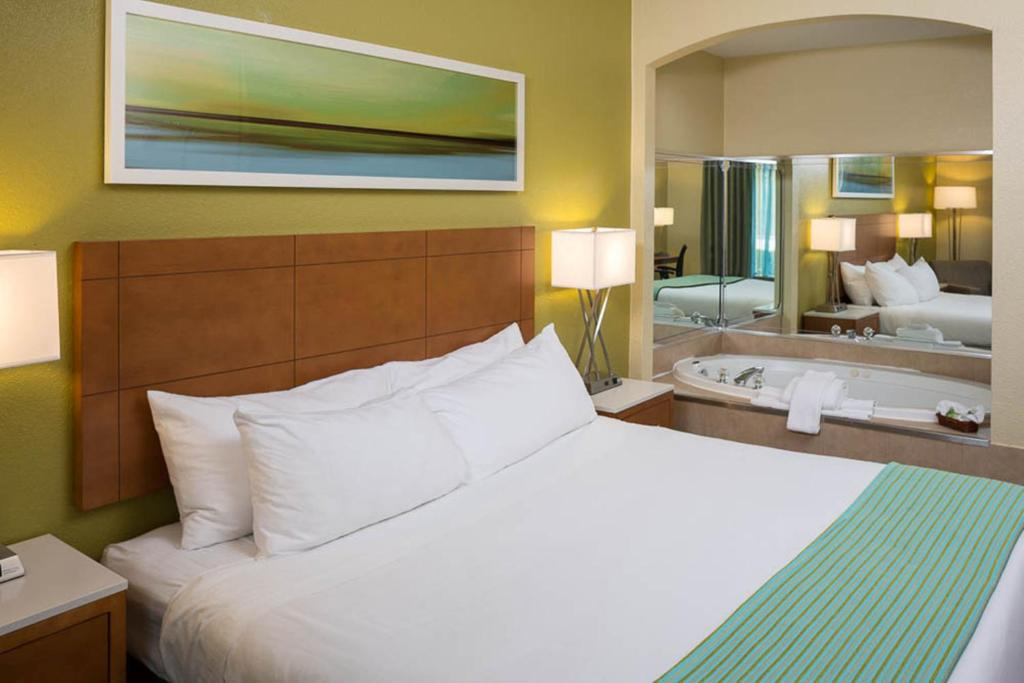 A bed or beds in a room at Holiday Inn Express - Clermont