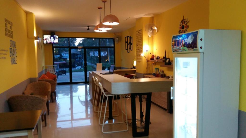 A restaurant or other place to eat at M Hostel Lanta