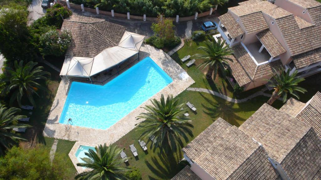 Vue sur la piscine de l'établissement Folies Corfu Town Hotel Apartments ou sur une piscine à proximité