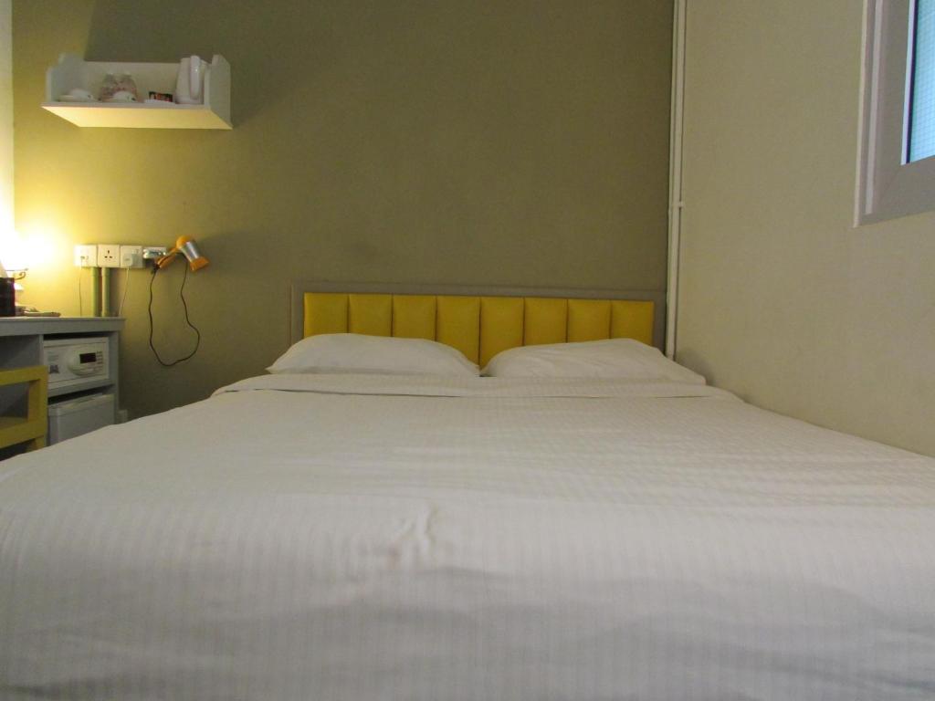 سرير أو أسرّة في غرفة في فندق كام لينغ
