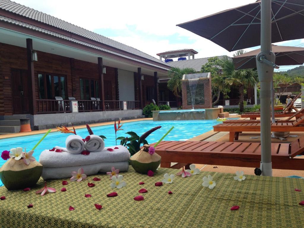 Majoituspaikassa Khum Laanta Resort tai sen lähellä sijaitseva uima-allas