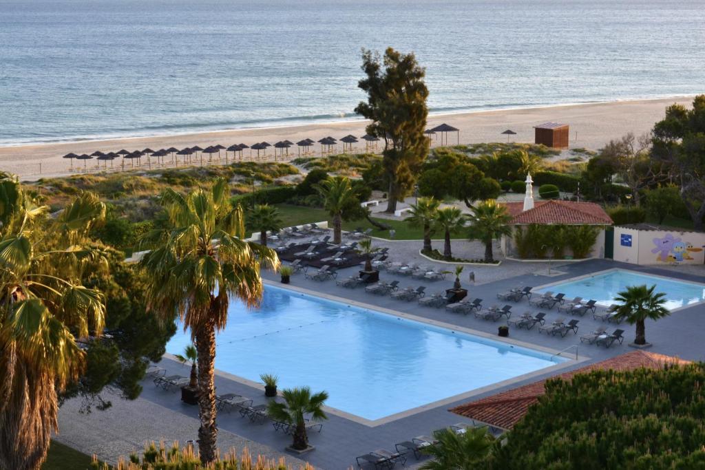 Uitzicht op het zwembad bij Pestana D. João II Beach & Golf Resort of in de buurt