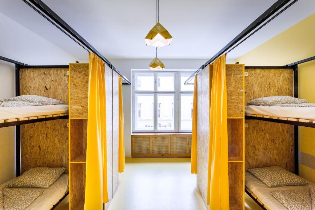 Łóżko lub łóżka piętrowe w pokoju w obiekcie Essential Hostel