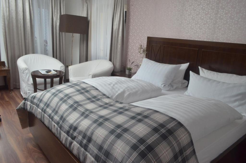 A bed or beds in a room at Hotel Graupner