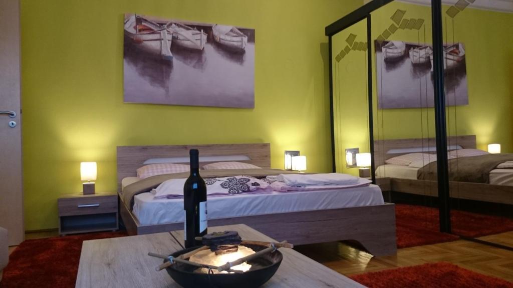 Ένα ή περισσότερα κρεβάτια σε δωμάτιο στο Délibáb Apartment