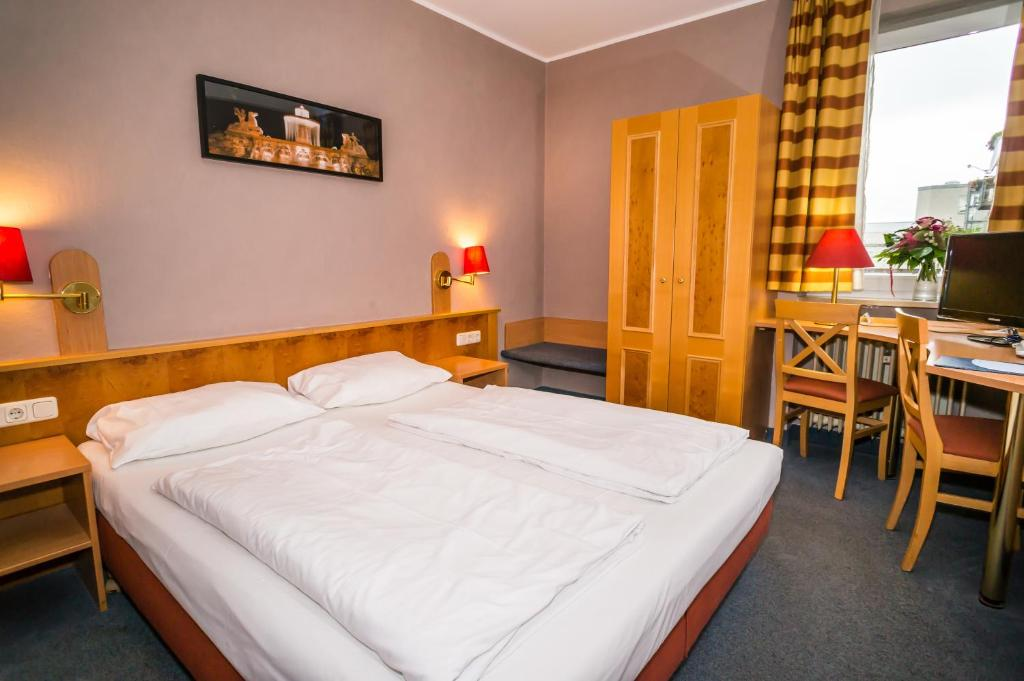 A bed or beds in a room at Smart Stay Hotel Schweiz