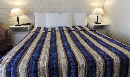 Uma cama ou camas num quarto em Bondi Motel