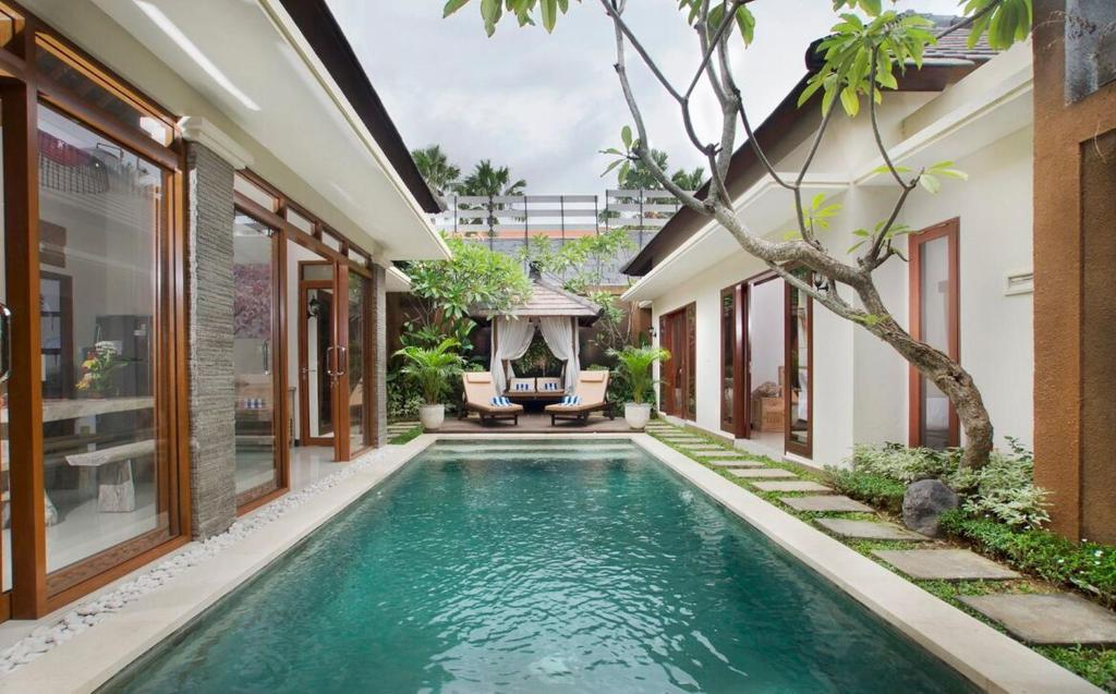 The swimming pool at or close to Villa Ashna