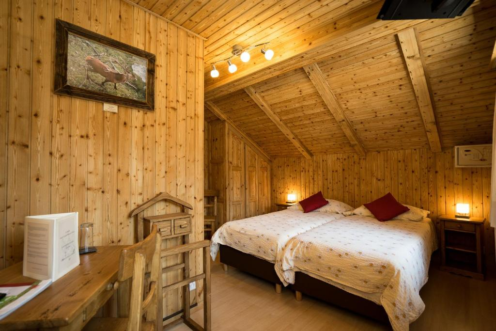 A bed or beds in a room at Hotel de Moiry Supérieur