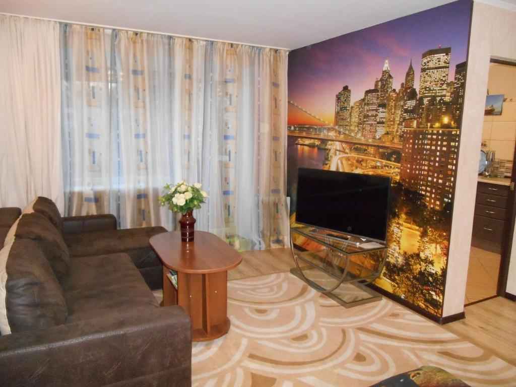 A television and/or entertainment centre at Apartments at Chernyakhovskogo 18