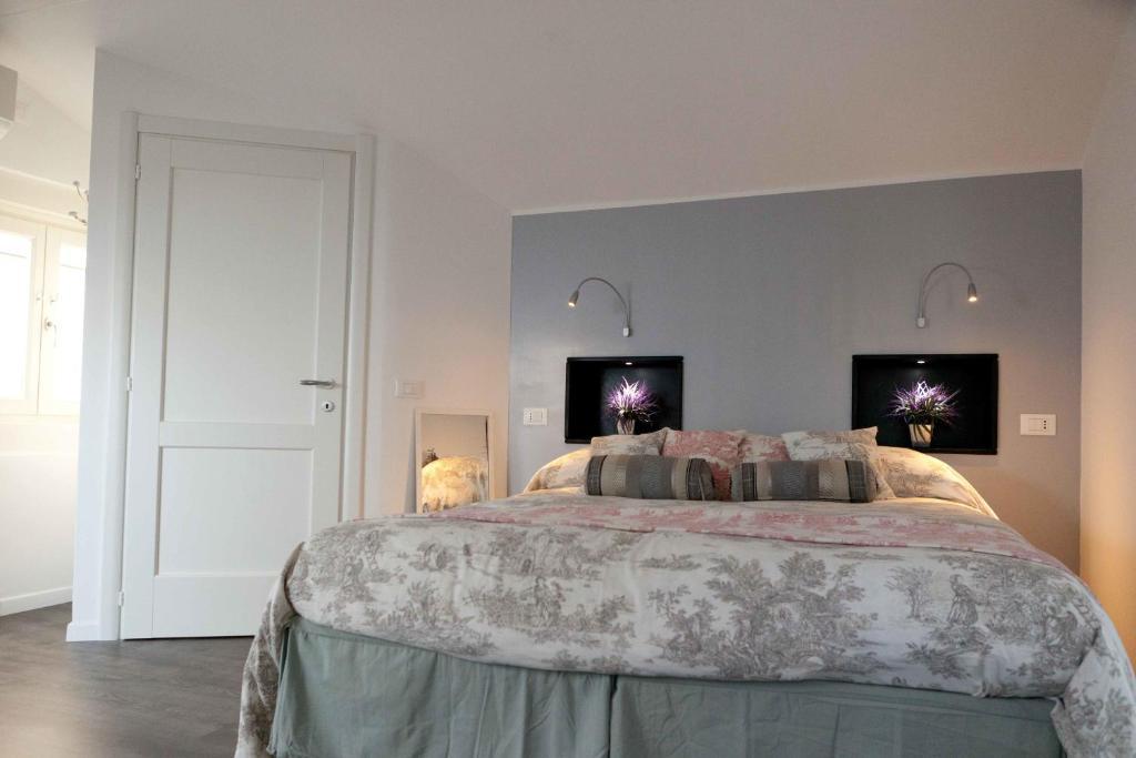 A bed or beds in a room at Il Borgo di Genova