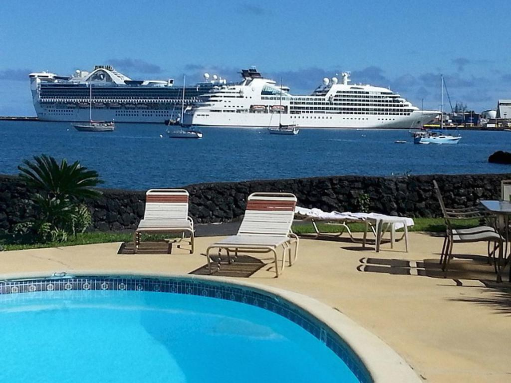 Der Swimmingpool an oder in der Nähe von Hilo Reeds Bay Hotel
