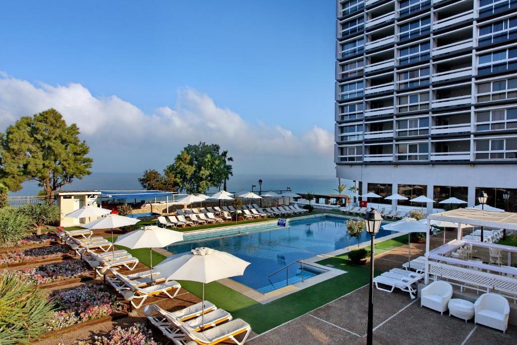 בריכת השחייה שנמצאת ב-מלון העונות- על חוף הים או באזור