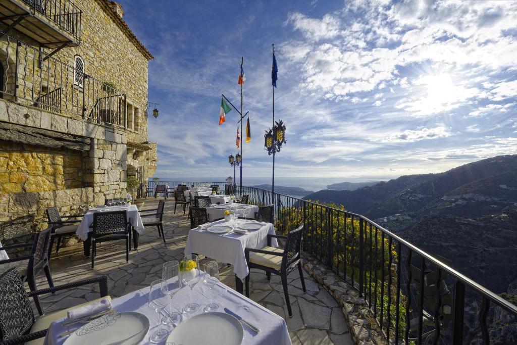 Ein Restaurant oder anderes Speiselokal in der Unterkunft Chateau Eza