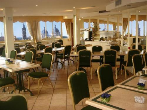 A restaurant or other place to eat at Hotel Champagne Palace