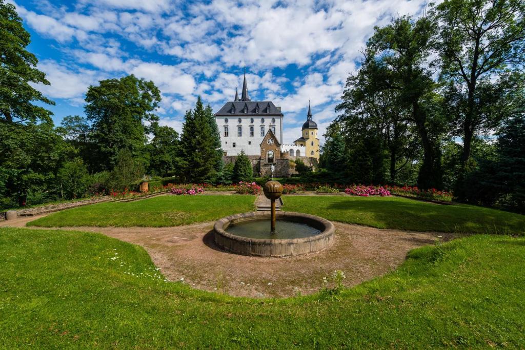Ein Garten an der Unterkunft Schloss Purschenstein