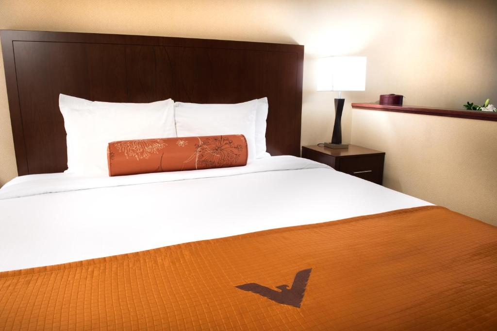 A bed or beds in a room at Phoenix Inn Suites - Eugene