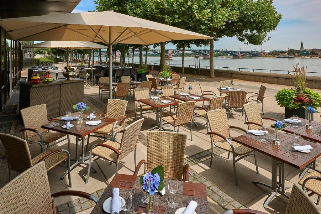 A restaurant or other place to eat at Hilton Mainz