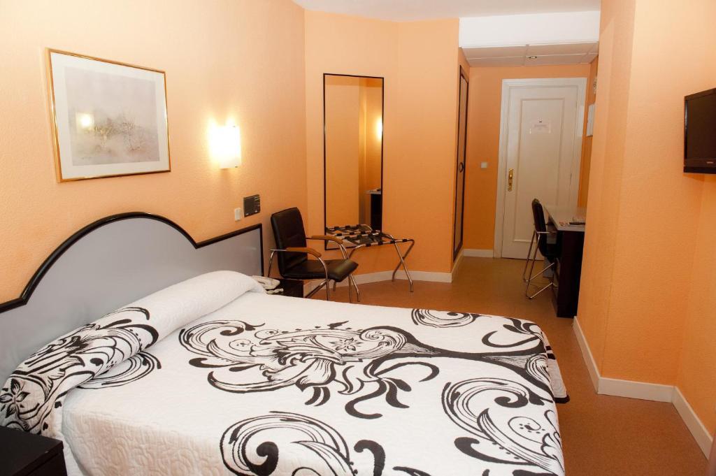 Cama o camas de una habitación en Hotel Arha Santander