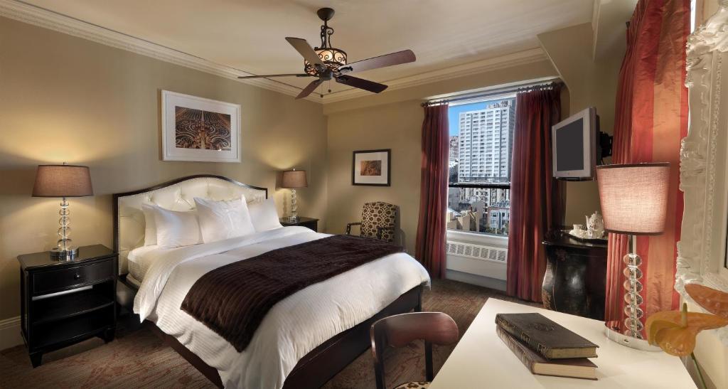 מיטה או מיטות בחדר ב-Kensington Park Hotel