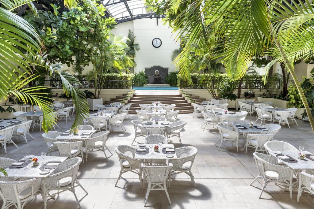 Um restaurante ou outro lugar para comer em Loi Suites Recoleta Hotel