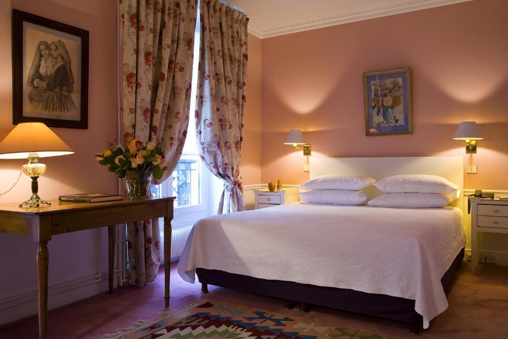 Ein Bett oder Betten in einem Zimmer der Unterkunft Hotel Le Saint Gregoire