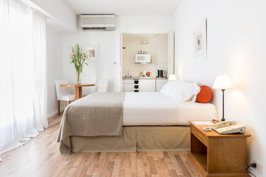 A bed or beds in a room at Loi Suites Esmeralda