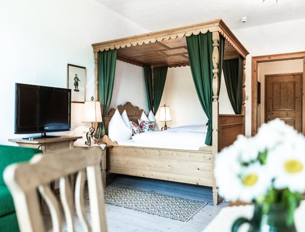 A bed or beds in a room at Salzburg Hotel Holznerwirt