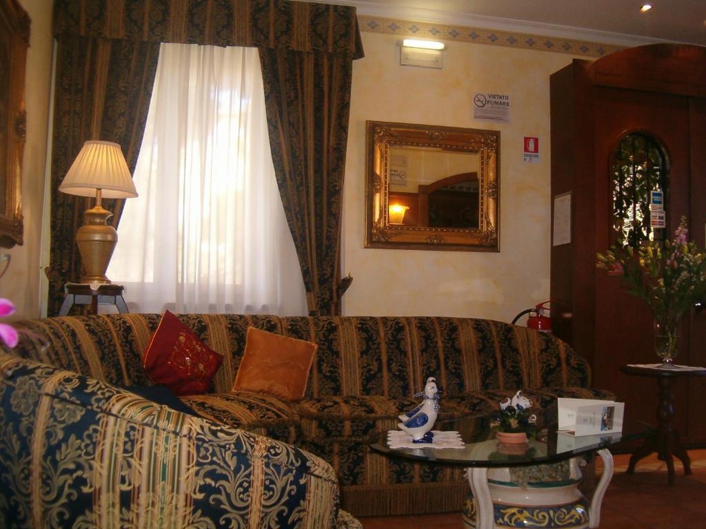 A seating area at Hotel Squarciarelli