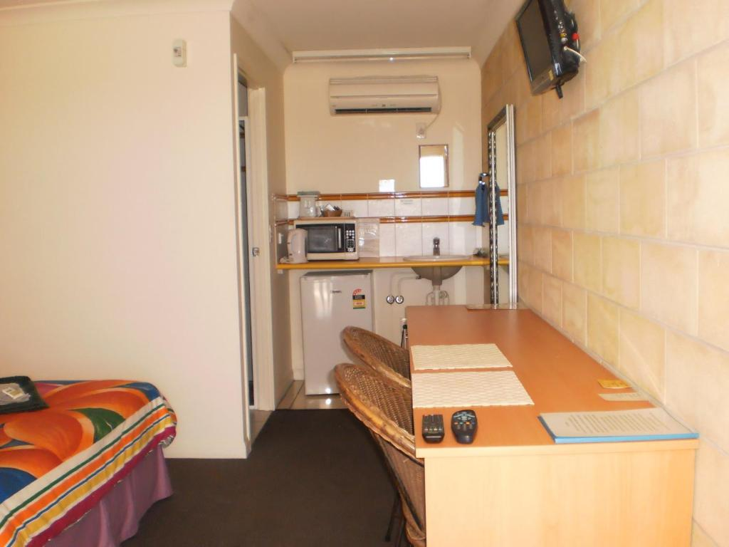 A kitchen or kitchenette at Country View Motel Ilbilbie